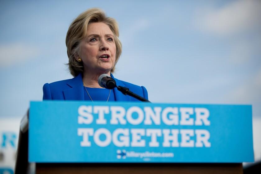 La candidata presidencial demócrata Hillary Clinton habla con la prensa antes de abodar su avión de campaña en White Plains, Nueva York, el jueves, 8 de septiembre del 2016. (AP Foto/Andrew Harnik)