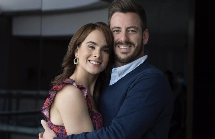 """Gala Montes y Juan Diego Covarrubias protagonizan un formato de telenovela rosa llamado """"Diseñando tú amor""""."""