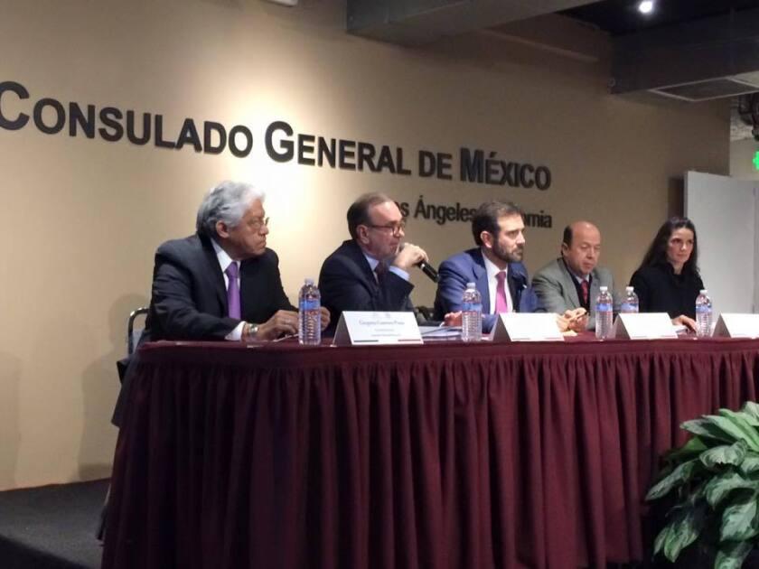El cónsul de México en L.A., Carlos Sada (segundo de izquierda) se dirige a representantes de las organizaciones comunitarias para anunciar que ya están listos para iniciar la credencialización de los mexicanos que quieran y gusten votar desde el exterior. (Cortesía)