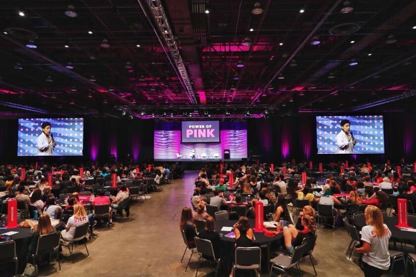 """Fotografía cedida por Planned Parenthood Action Fund que muestra a voluntarios durante el estreno del evento """"Power of Pink"""" hoy, viernes 27 de julio de 2018, en Nueva York (EE.UU.). EFE/Cortesía Planned Parenthood Action Fund/SOLO USO EDITORIAL/NO VENTAS"""