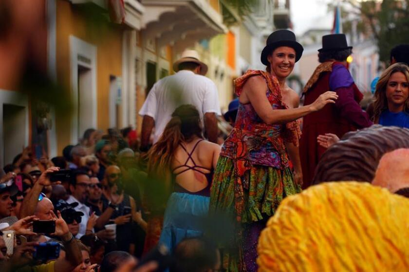 Cientos de personas participan en las Fiestas de la Calle San Sebastián en San Juan (Puerto Rico). EFE/Archivo