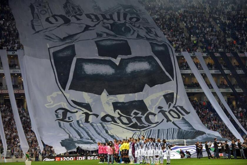 Aficionados de Monterrey apoyan a su equipo. EFE/Archivo