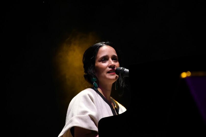 Julieta Venegas durante su concierto en la explana del Centro Cultural Tijuana.
