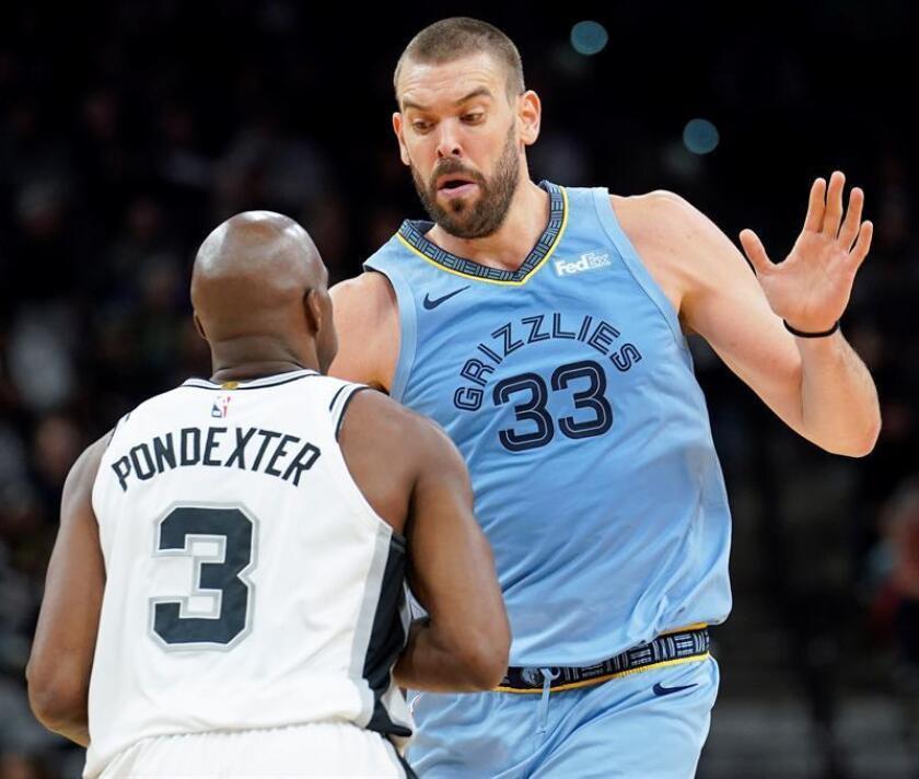 Marc Gasol (d) los Grizzlies de Memphis intenta detener la jugada de Quincy Pondexter de San Antonio Spurs hoy, durante un partido de baloncesto de la NBA entre Memphis Grizzlies y San Antonio Spurs, en San Antonio (TX, EE.UU.). EFE