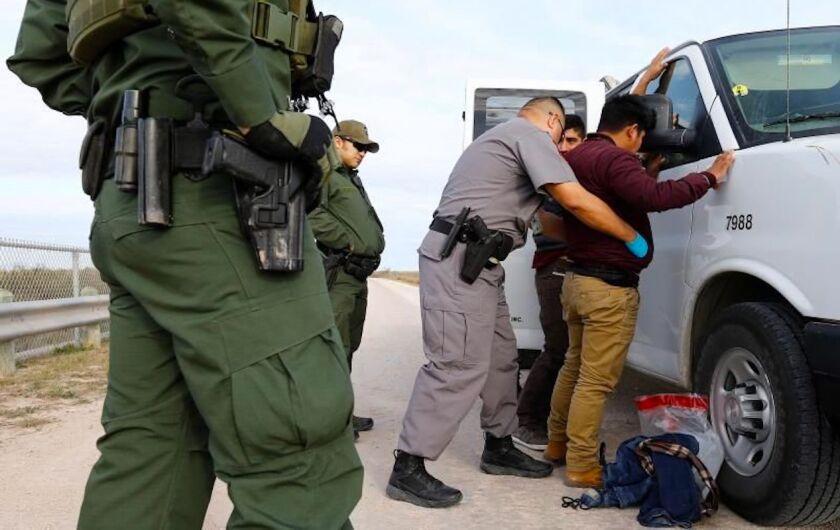 """Corte detiene la deportación de un hombre detenido """"por su apariencia latina"""""""