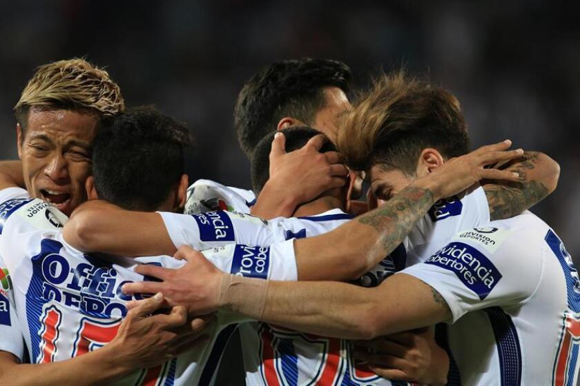 Jugadores del club Pachuca festejan el gol de Víctor Guzmán, durante el encuentro entre Tuzos del Pachuca vs Puebla. EFE/Archivo