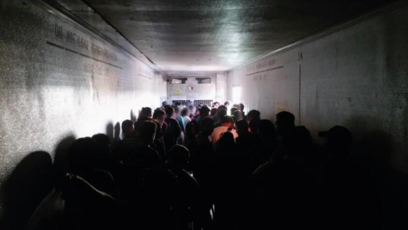 México intercepta a 112 migrantes centroamericanos hacinados en un camión