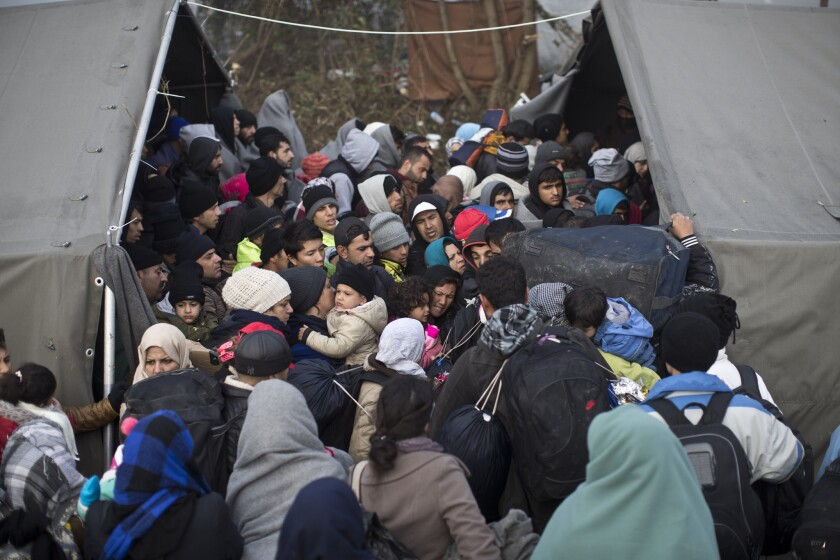 Personas atestan una enorme tienda de campaña mientras esperan para cruzar la frontera de Serbia con Croacia en Berkasovo, Serbia, el sábado 24 de octubre de 2015. Miles de migrantes y refugiados continúan cruzando desde Serbia a Croacia para proseguir su travesía hacia Europa occidental. (AP Foto/Marko Drobnjakovic)