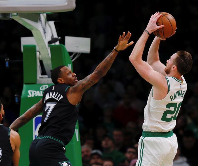 El alero Gordon Hayward (d) de Boston Celtics en acción ante el alero James Nunnally (i) de Minnesota Timberwolves durante un partido de la NBA entre Boston Celtics y Minnesota Timberwolves, disputado esta noche en el TD Garden de Boston, Massachusetts (EE. UU.). EFE