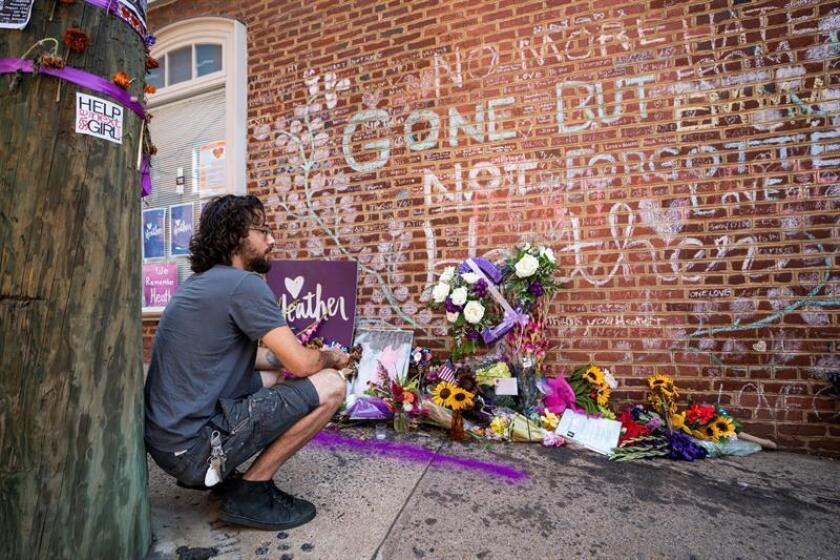 Un hombre contempla el memorial de Heather Heyer, una mujer de 32 años asesinada por un supremacista en 2017, en Charlottesville, Virginia (Estados Unidos). EFE/Archivo