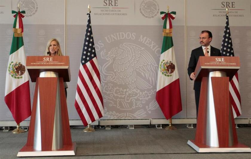 La secretaria de Seguridad Interna de los Estados Unidos, Kirstjen Nielsen (i), participa en una rueda de prensa junto al canciller mexicano, Luis Videgaray (d), hoy, lunes 26 de marzo de 2018, en la secretaria de Relaciones Exteriores de la Ciudad de México (México). EFE