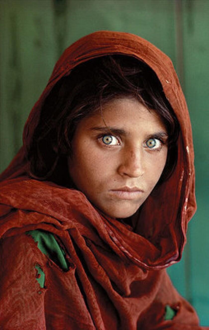 El jefe de la diplomacia paquistaní, Sartaj Aziz, informó hoy a Efe de que su Gobierno trabaja para poner en libertad a Sharbat Gula, la mujer afgana que protagonizó de niña la icónica portada de National Geographic, y que fue detenida por posesión ilegal de un documento de identidad.