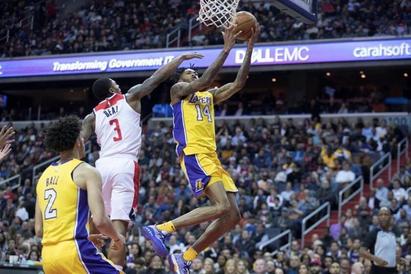 En la imagen un registro de Brandon Ingram (d), de los Lakers de Los Ángeles, quien se vistió de héroe ganador al anotar el triple con el que su equipo se impuso 104-107 a los Sixers de Filadelfia. EFE/Archivo