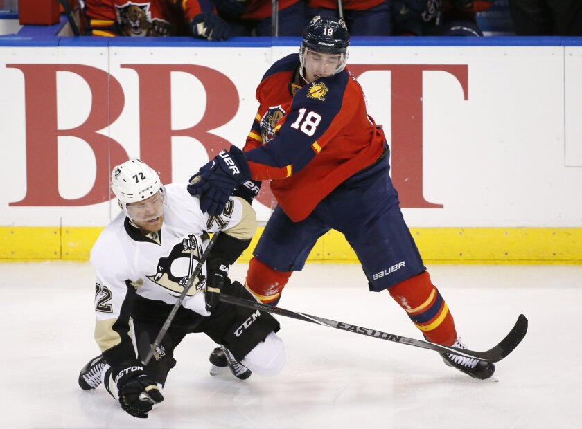Florida Panthers right wing Reilly Smith (18) and Pittsburgh Penguins right wing Patric Hornqvist (72) battle for the puck during the second period of an NHL hockey game, Monday, Feb. 15, 2016 in Sunrise, Fla. (AP Photo/Wilfredo Lee)