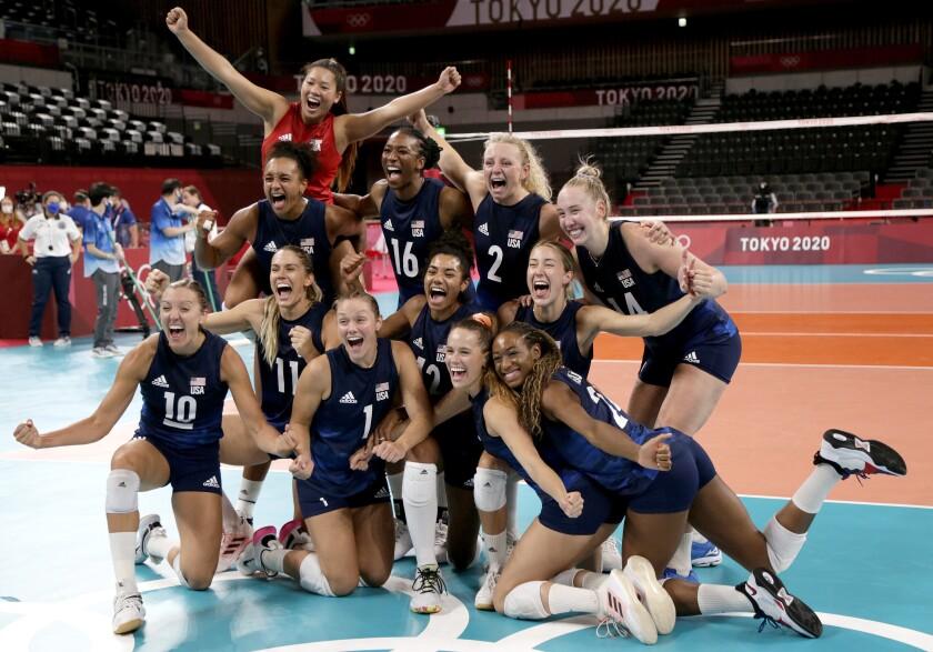 Ameriške odbojkarice praznujejo polfinalno zmago nad Srbijo.
