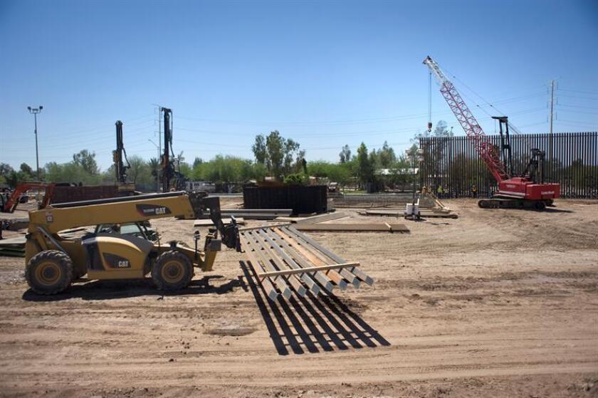 Trabajadores avanzan en la construcción del muro fronterizo entre México y EE.UU. en Calexico (EE.UU.). EFE/Archivo