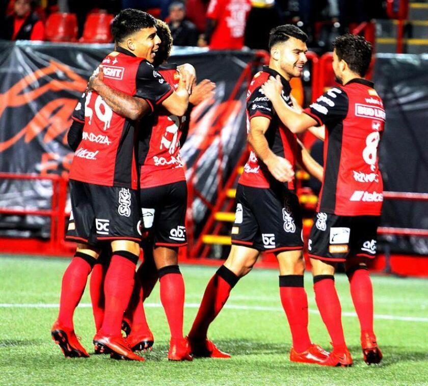 Jugadores de Xolos de México festejan una anotación ante el Motagua de Honduras durante el juego de vuelta de la liga de campeones de la Concacaf celebrado en el estadio Caliente de Tijuana (México). EFE