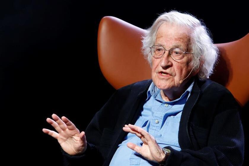 Chomsky asegura que en la actualidad hay amenazas mayores que en Guerra Fría