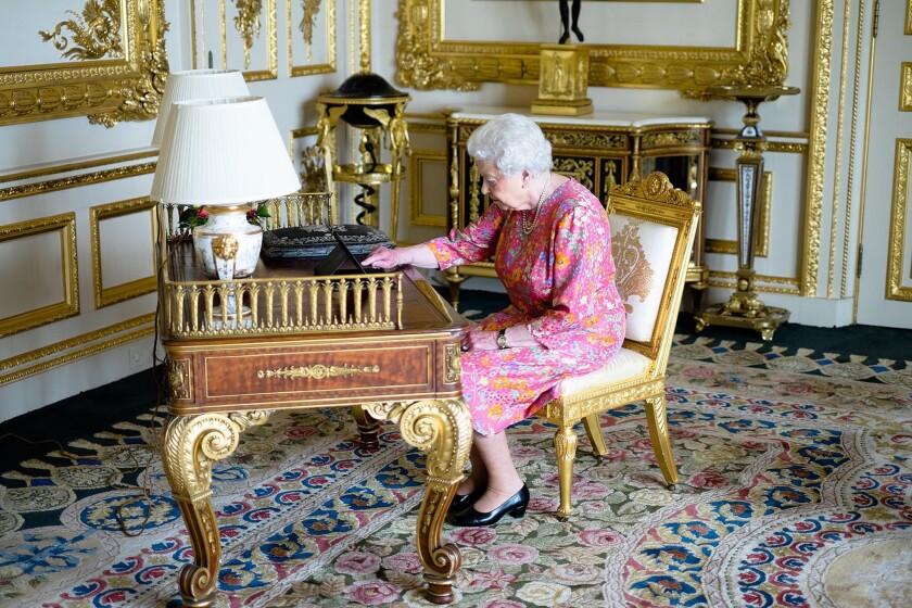 En esta imagen difundida por el Palacio de Buckingham, la reina Isabel II tuitea desde una tableta para agradecer los buenos deseos y felicitaciones que recibió con motivo de su 90mo cumpleaños, en el Castillo de Windsor, en Windsor, Inglaterra. (Palacio de Buckingham vía AP)