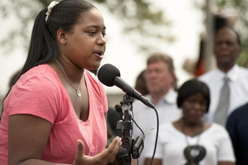 Erica Garner, hija de Eric Garner, hace comentarios antes de un momento de silencio para recordar a Michael Brown Jr. en Ferguson, Missouri, EE. UU., el 09 de agosto de 2015. El padre de Garner, Eric Garner fue asesinado durante una alternancia con la policía en Long Island en 2014. EFE/EPA/SID HASTINGS/Archivo
