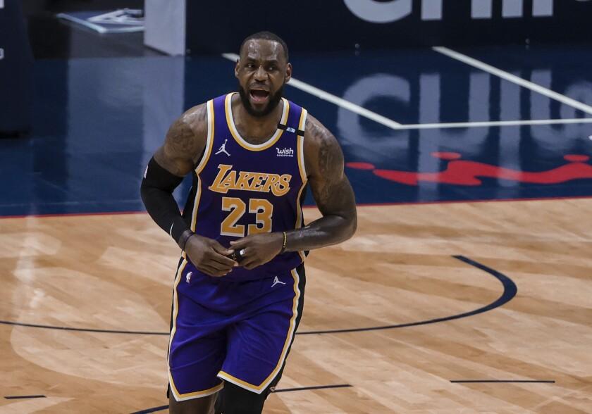 El jugador de los Lakers de Los Ángeles LeBron James (con el 23) celebra una canasta contra los Pelicans de Nueva Orleans, en Nueva Orleans, el domingo 16 de mayo de 2021. (AP Foto/Derick Hingle)