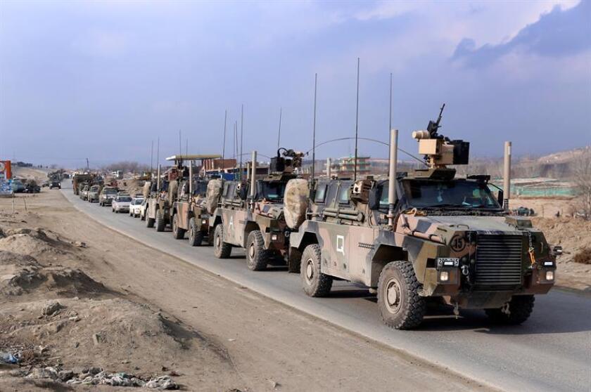 Varios vehículos blindados de las fuerzas internacionales abandonan el lugar tras un atentado suicida perpetrado contra un vehículo de las fuerzas de seguridad en Paghman, a las afueras de Kabul (Afganistán). EFE/Archivo
