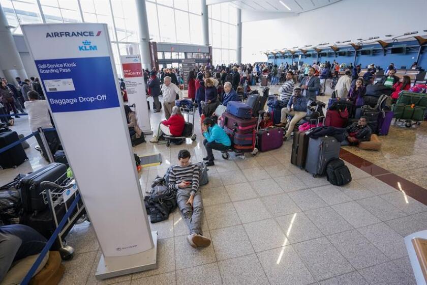 Un corte de energía ha obligado a suspender hoy la llegada y salida de vuelos en el Aeropuerto Internacional Hartsfield-Jackson Atlanta, en Georgia, y ha dejado a miles de pasajeros varados en esa terminal. EFE/EPA