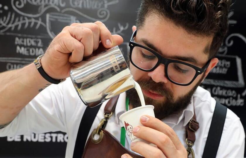 Un barista prepara un café exprés. EFE/Archivo