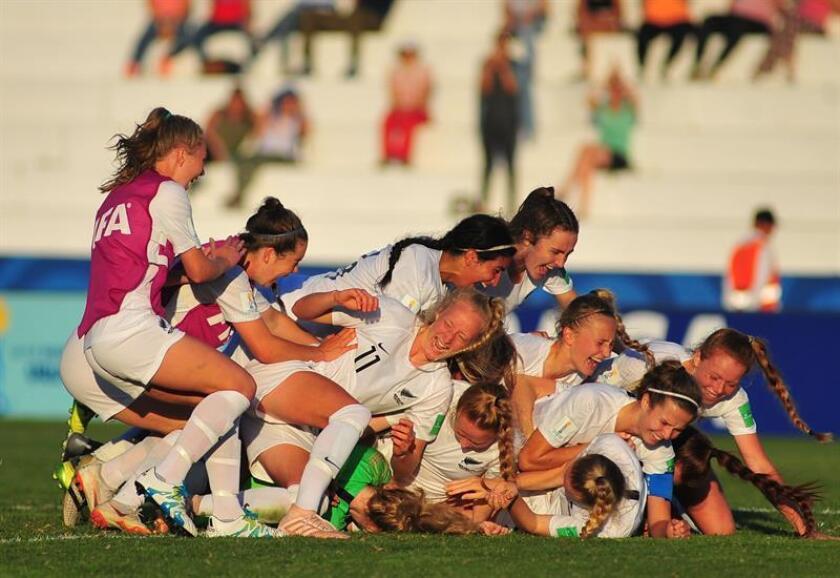 Jugadoras de Nueva Zelanda celebran al vencer 4-3 a Japón en la serie de penaltis hoy, durante un partido de los cuartos de final de la Copa Mundial Femenina entre Japón y Nueva Zelanda, en el estadio Alberto Suppici en Colonia (Uruguay). EFE