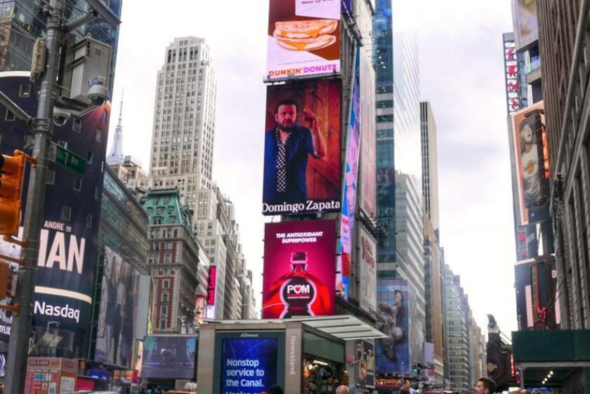 """Fotografía cedida donde se aprecia una obra del artista plástico español radicado en Miami, Domingo Zapata, en una de las gigantescas pantallas de la emblemática plaza neoyorquina de Times Square. Exponer obra en Times Square """"es un honor grandísimo, a la vez que una responsabilidad"""", remarcó Zapata convertido en el primero en lograr apoderarse con su arte de un cotizado espacio publicitario en Nueva York (EE.UU.). EFE/M&M The Agency/SOLO USO EDITORIAL"""