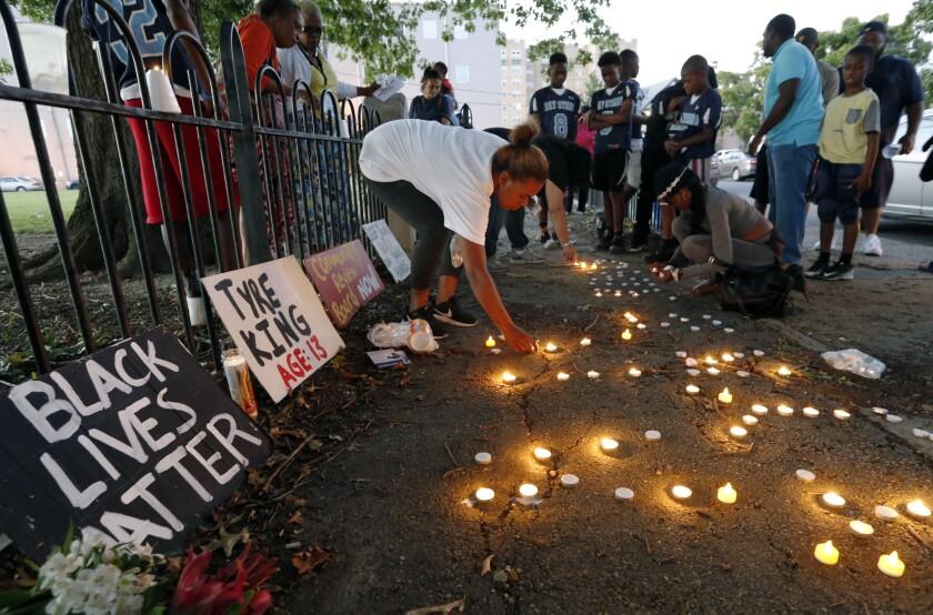 Vecinos encienden velas durante una vigilia en recuerdo del adolescente de 13 años Tyre King, el 15 de septiembre de 2016, en Columbus, Ohio. King falleció por disparos de la policía de Columbus en la vispera. (AP Foto/Jay LaPrete)