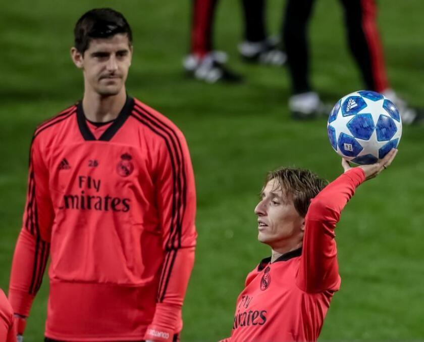 El centrocampista croata del Real Madrid Luka Modric (d) y el portero belga Thibaut Courtois (i) participan en un entrenamiento del equipo. EFE/Archivo