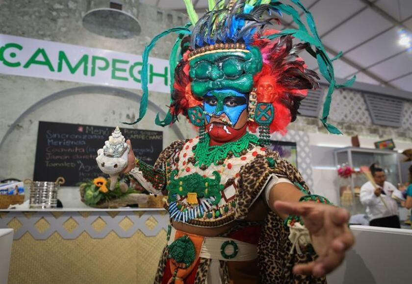 Un hombre caracterizado baila en el marco del Tianguis Turístico, en Mazatlán, Sinaloa(México) hoy, lunes 16 de marzo de 2018. EFE