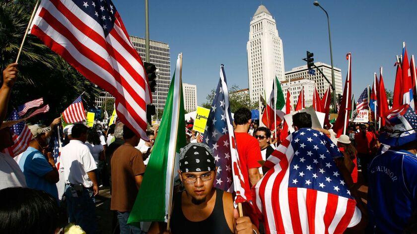 Una manifestación de latinos en Los Ángeles, a favor del respeto a los derechos humanois de los migrantes.