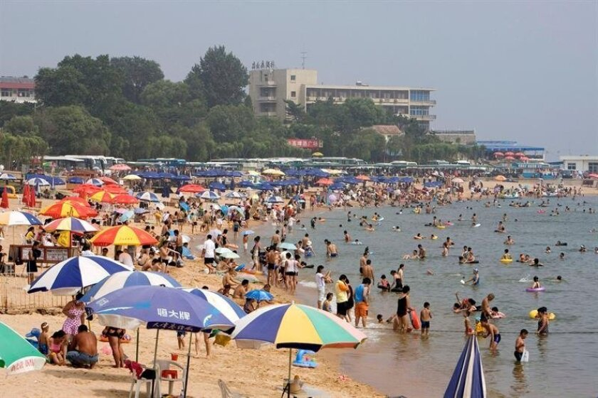 (FILE) Chinese tourists make the most of the summer by visiting Beidaihe a seaside resort on the Bohai Gulf, some 300 kilometers east of Beijing, Tuesday 8 August 2006.  A 'secret' annual Chinese leaders' summer meet, being held since the 1950s and where key decisions for the future of the country