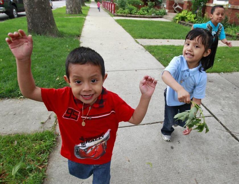 Los niños hispanos en el país enfrentan en mayor proporción que los niños blancos no hispanos adversidades como la pobreza y la separación de sus padres, y además son víctimas de racismo, según un estudio divulgado hoy por Child Trends. EFE/Archivo