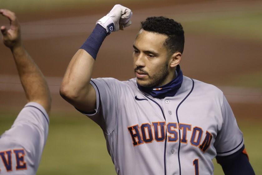 Carlos Correa (1), de los Astros de Houston, celebra un jonrón solitario en el segundo inning del juego de la MLB que enfrentó a su equipo con los Diamondbacks de Arizona, el 4 de agosto de 2020, en Phoenix. (AP Foto/Matt York)