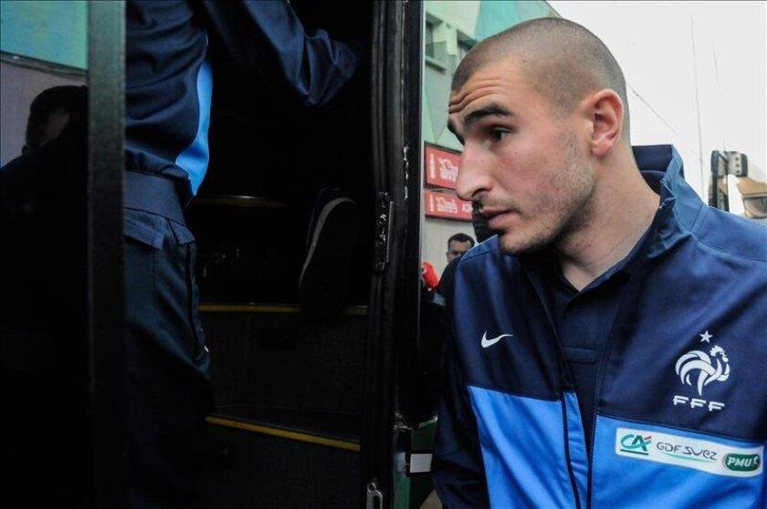 El futbolista francés Karim Benzema aborda el autobús del equipo tras una visita al Museo del Fútbol en Montevideo. EFE