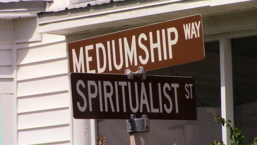 Fotografía fechada el 10 de octubre de 2018 que muestra dos señales, una del camino Mediumnidad y otra de la calle Espiritista, en Cassadaga, en el condado Volusia en el centro de Florida (EE.UU.). EFE