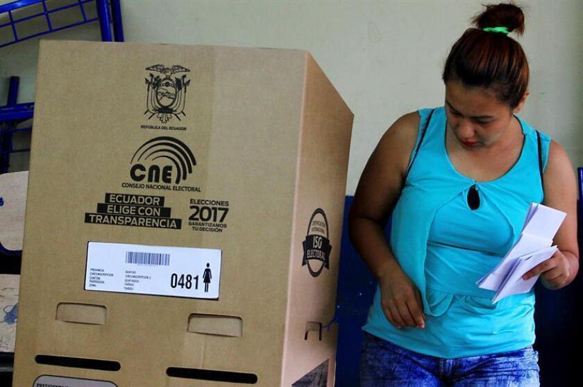 Un ciudadano ecuatoriano asiste a emitir su voto. EFE