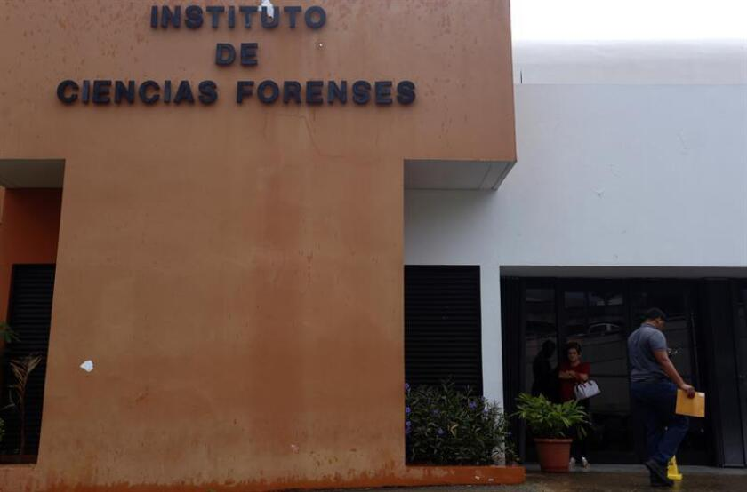 Varias personas ingresan a la sede del Instituto de Ciencias Forenses de Puerto Rico en un sector del viejo San Juan (Puerto Rico). EFE/Archivo