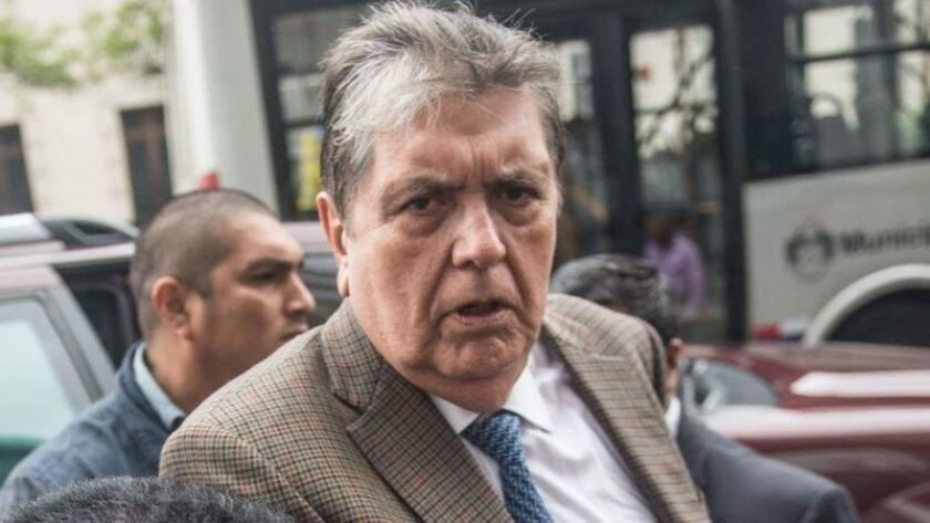 El ex presidente peruano Alan García, quien es visto llegando a la oficina del fiscal en Lima el 15 de noviembre, se disparó cuando las autoridades se preparaban para arrestarlo el miércoles. (Ernesto Benavides / AFP/Getty Images)