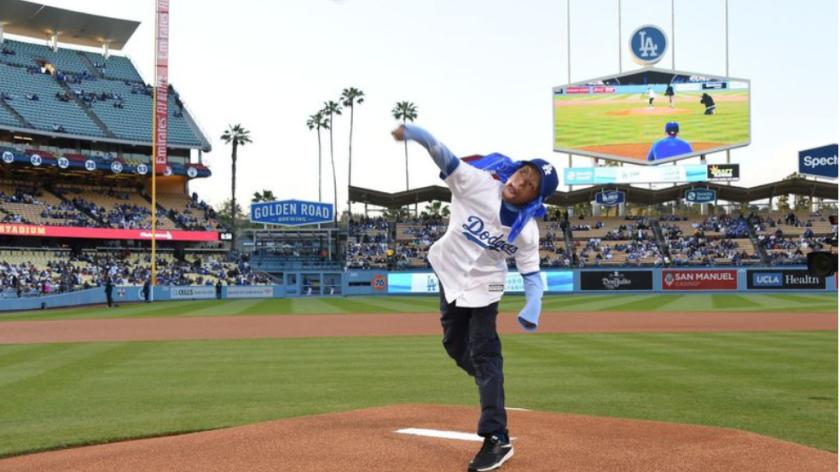 Julián Reynoso concreta el primer lanzamiento, el 16 de abril, en el Dodger Stadium. (Juan Ocampo / Los Angeles Dodgers)