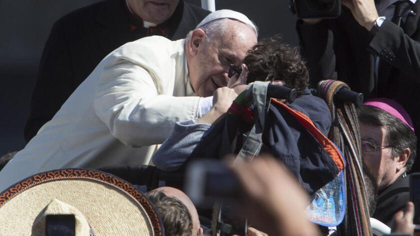 """Una tierra, """"donde no haya necesidad de emigrar para soñar; donde no haya necesidad de ser explotado para trabajar; donde no haya necesidad de hacer de la desesperación y la pobreza de muchos el oportunismo de unos pocos"""", dijo el papa en la misa en Ecatepec."""