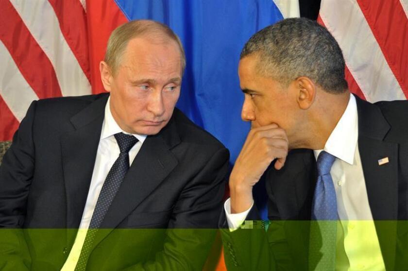 Foto de archivo tomada el 18 de junio de 2012 del presidente estadounidense, Barack Obama (dcha), mientras conversa con su homólogo ruso, Vladímir Putin, durante una reunión celebrada de cara a la cumbre del G20 en Los Cabos (México). El Gobierno de Estados Unidos decretó hoy, 29 de diciembre de 2016 la imposición de sanciones económicas contra Rusia por los ataques cibernéticos que atribuye a ese país durante la pasada campaña de las elecciones presidenciales estadounidenses. Obama ha decidido expulsar a 35 funcionarios rusos e imponer sanciones a dos de los más destacados servicios de inteligencia de ese país. EFE/Alexei Nikolsky RIA NOVOSTI-KREMLIN POOL