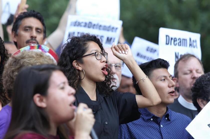 Inmigrantes y activistas de derechos humanos protestan contra la decisión del presidente estadounidense, Donald Trump. EFE/Archivo