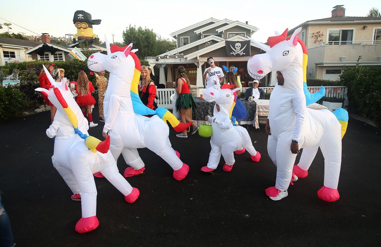 la-annual-oak-street-halloween-parade-draws-hu-001