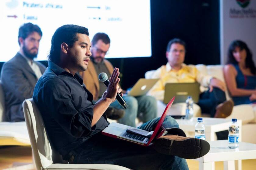 Óscar Martínez durante un coloquio del premio Gabriel García Márquez de Periodismo, organizado por la fundación del mismo nombre. Foto: Cortesía de Óscar Martínez.