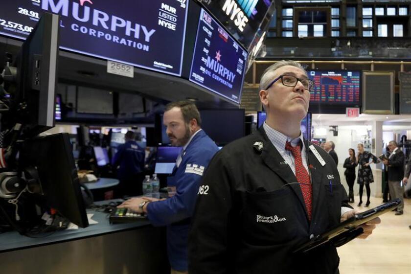 Corredores reaccionan durante la jornada de la Bolsa de Nueva York (NYSE). EFE/Archivo