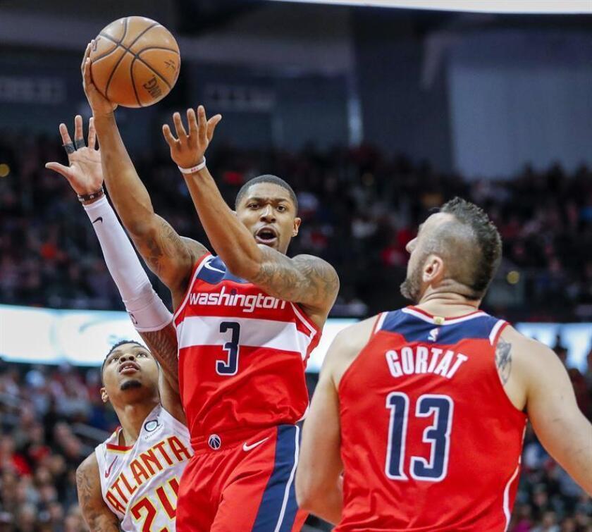 En la imagen, el jugador Bradley Beal (c) de los Washington Wizards. EFE/Archivo